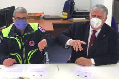Roberto Trovarelli e Dario Pasini firmano il protocollo tra la Protezione Civile di Milano e il Distretto Lions 108IB4